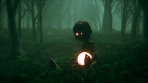 Floresta nevoenta assustador com o garoto e sua bola mágica - foto de acervo