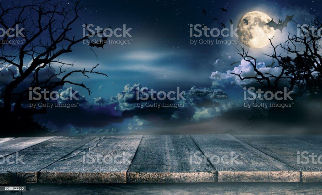 Escalofriante fondo de halloween con tablones de madera vacíos - foto de stock