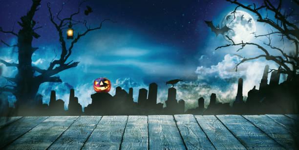 gruselige halloween-hintergrund mit leeren holzbohlen - waldfriedhof stock-fotos und bilder
