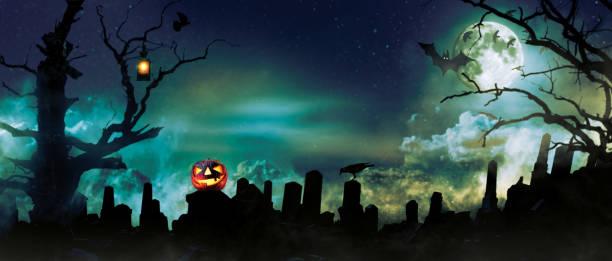 gruselige halloween-hintergrund mit friedhof steinen silhouetten - waldfriedhof stock-fotos und bilder