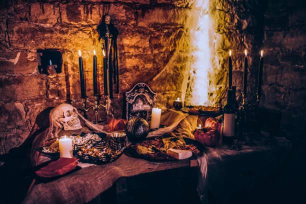 gruselige halloween-dekoration mit essen auf gruselige party - halloween party lebensmittel stock-fotos und bilder