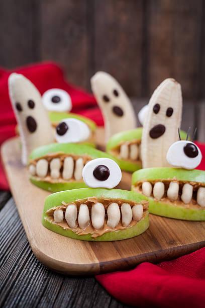 spooky halloween essbare monsters scary essen gesunde vegetarische snack-dessert - halloween party lebensmittel stock-fotos und bilder