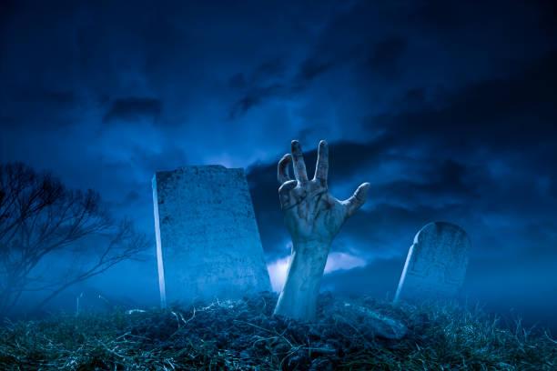 gruselige halloween friedhof nacht zombie-hand aus dem grab - plants of zombies stock-fotos und bilder