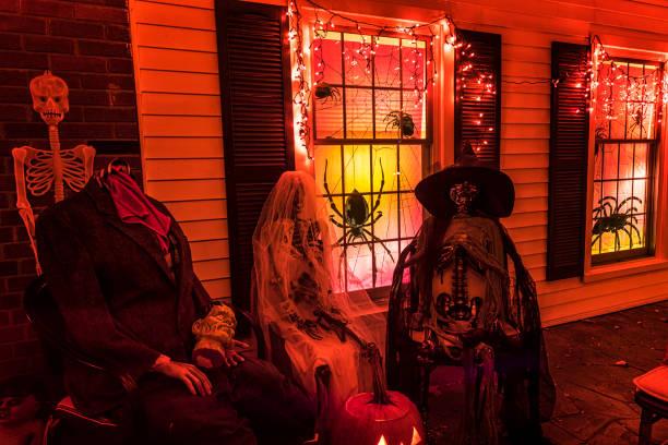 gruselige halloween trick or treat dreifach ghul hochzeitsparty - plants of zombies stock-fotos und bilder