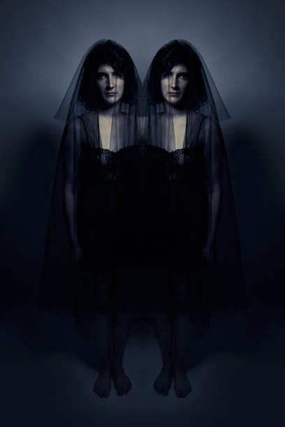 gruselige eineiige zwillinge im schwarzen schleier - siamesische zwillinge stock-fotos und bilder