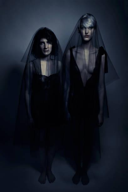 gruselige lesbische geister hochzeit zeremonie - hochzeitskleid in schwarz stock-fotos und bilder
