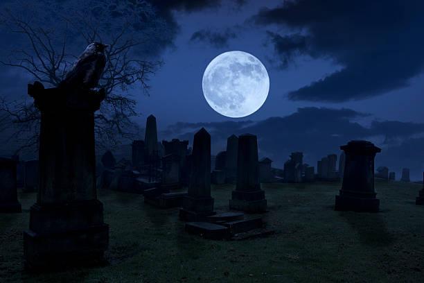 unheimliche nacht auf friedhof - halloween grabsteine stock-fotos und bilder