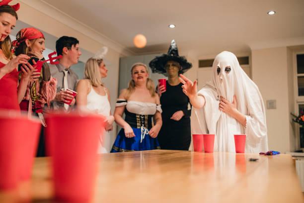 spooky partyspiele - lustige trinkspiele stock-fotos und bilder