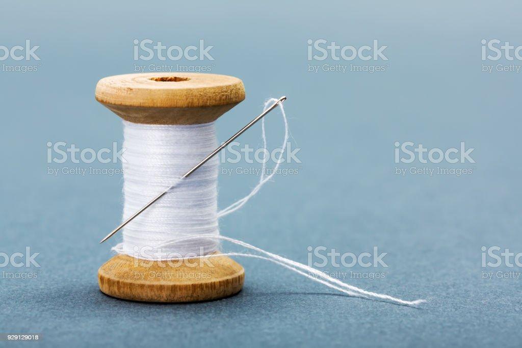 Carretel de linha de costura branca e agulha - foto de acervo