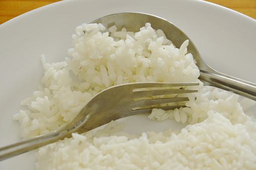 how to use fork and spoon to eat rice