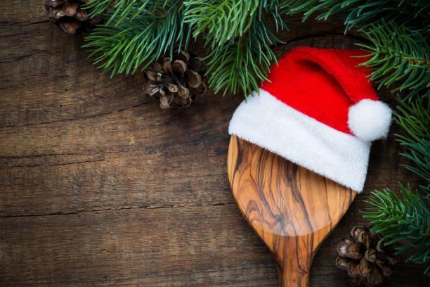 löffel mit eine weihnachtsmann-mütze - italienischer weihnachten stock-fotos und bilder