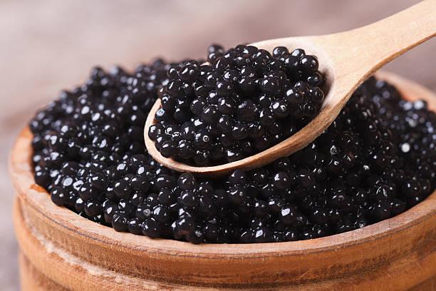 cuchara con negro sturgeon caviar detalle. - caviar fotografías e imágenes de stock