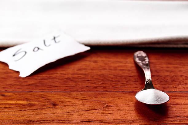 """spoon with salt, white napkin and the word """"salt"""" - zout smaakstof stockfoto's en -beelden"""
