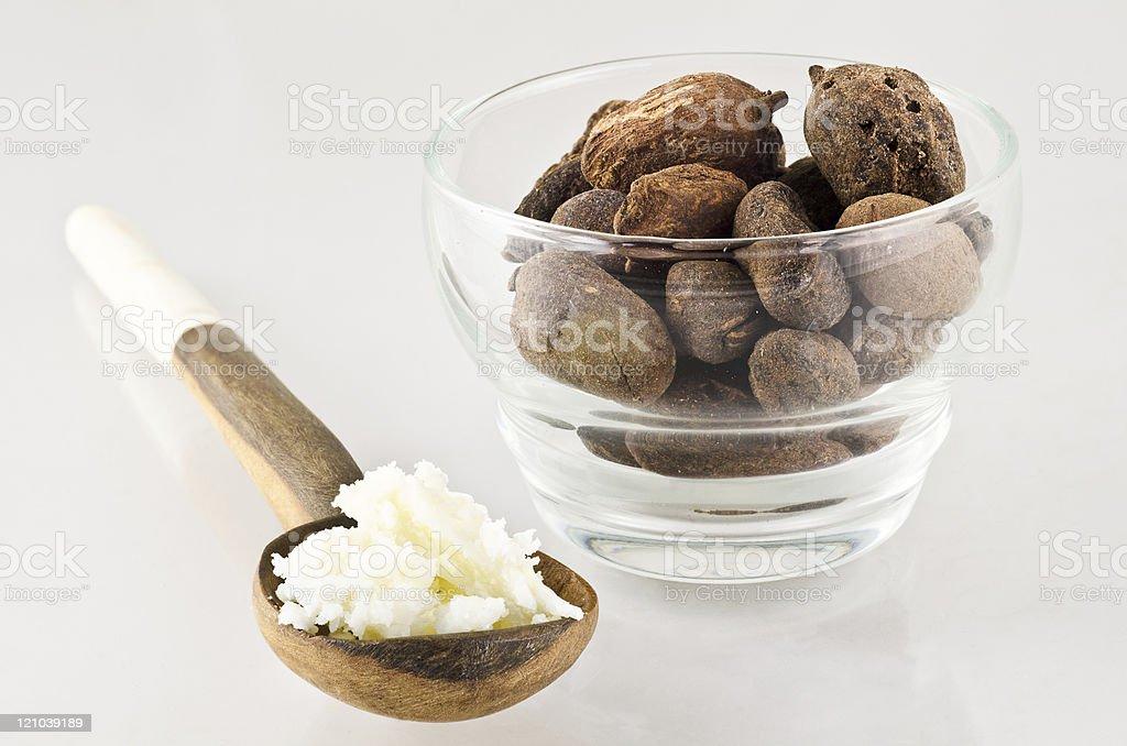 Cuillère avec le beurre de karité et noix - Photo