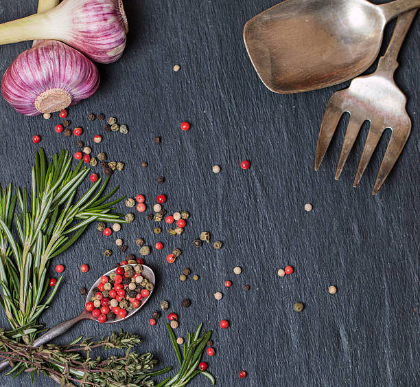 spoons with spices and herbs on  black - zout smaakstof stockfoto's en -beelden