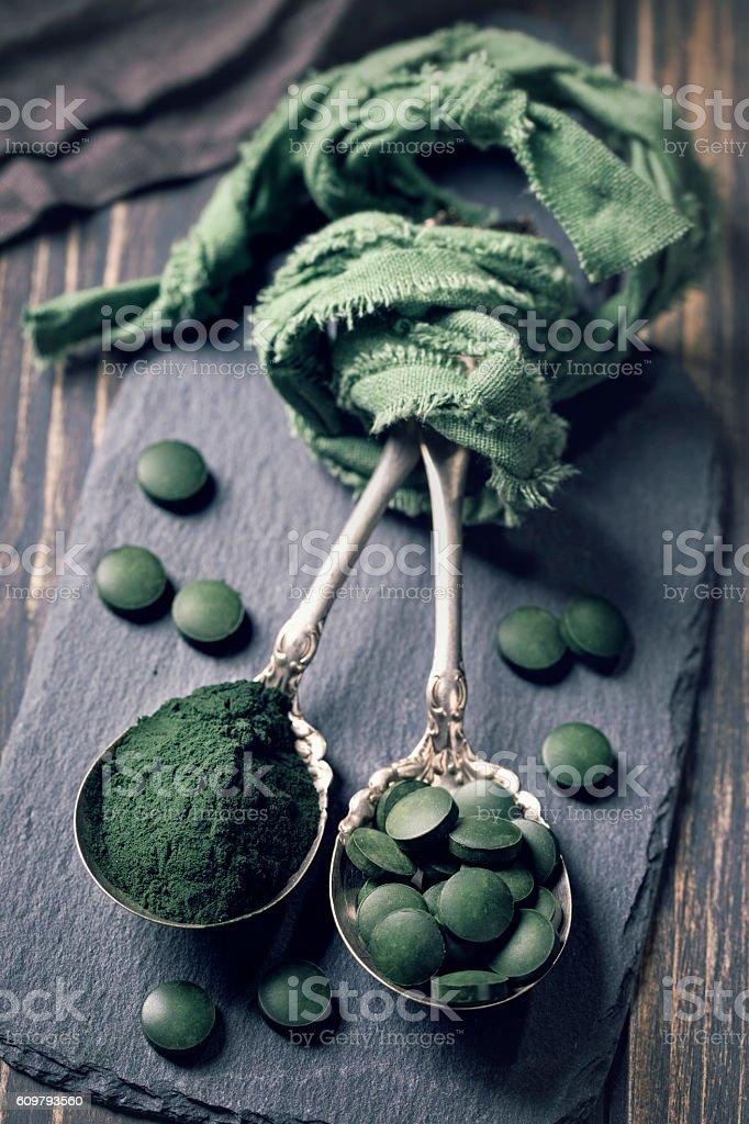 Spoons with spirulina pills - foto de stock