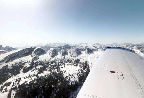 sport flugzeug alpen - flugschule stock-fotos und bilder