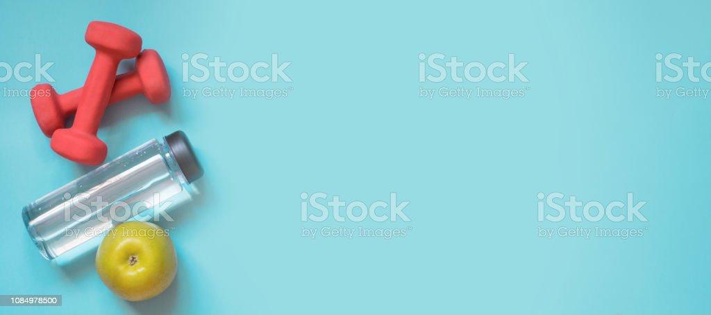 스포츠 및 피트 니스 장비, 아령, 물 고 애플. 크리에이 티브 플랫 펀치 파란색에 누워. 텍스트를 위한 공간입니다. - 로열티 프리 0명 스톡 사진