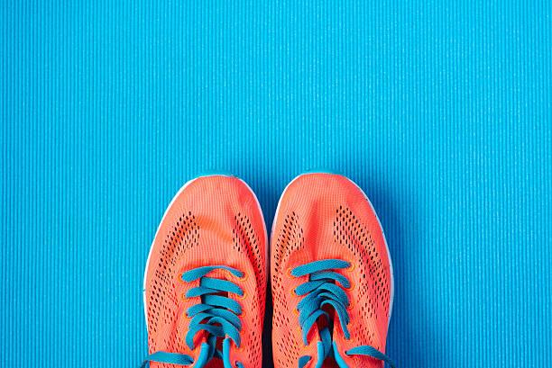sport und eignung lifestyle-konzept hintergrund - joggingschuhe stock-fotos und bilder