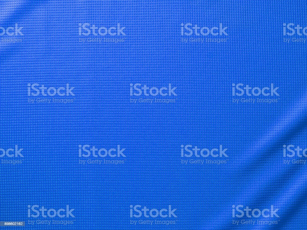 Fundo de textura tecido roupa esporte. Vista superior da superfície do pano têxtil. Camisa de futebol azul. Espaço de texto - foto de acervo