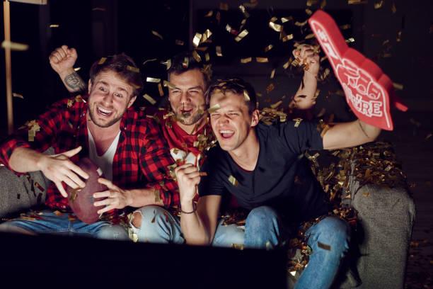 sport ventilator juichen onder confetti vallen - football friends tv night stockfoto's en -beelden