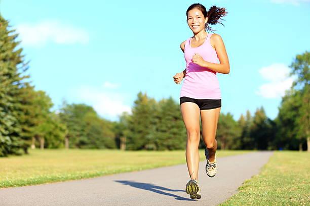 sport fitness frau laufen - joggerin stock-fotos und bilder