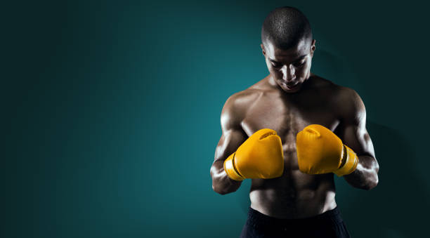 Deporte. Boxer hombre atleta de perforación. - foto de stock