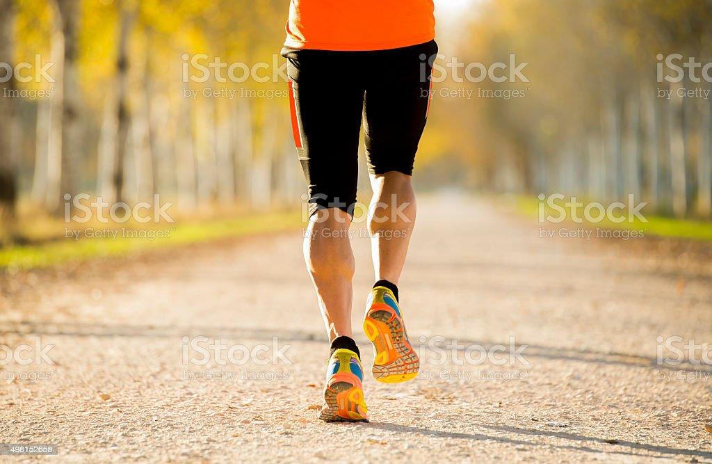 Sport Mann Beine Mit Starken Waden Muskeln Beim Laufen Auf Der ...