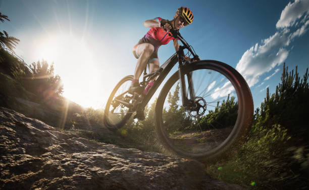 sport. mountain bike radsportler einzigen rock-song. - skirennen stock-fotos und bilder