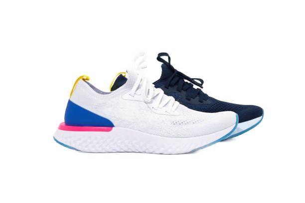 sportschuhe, die unterschiedliche farbe paarweise auf weißen hintergrund isoliert - nike sneaker weiß stock-fotos und bilder