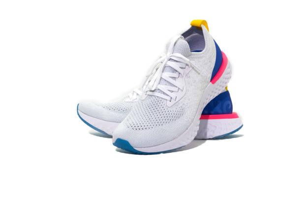 sportowe buty na odizolowanym białym tle - but sportowy zdjęcia i obrazy z banku zdjęć