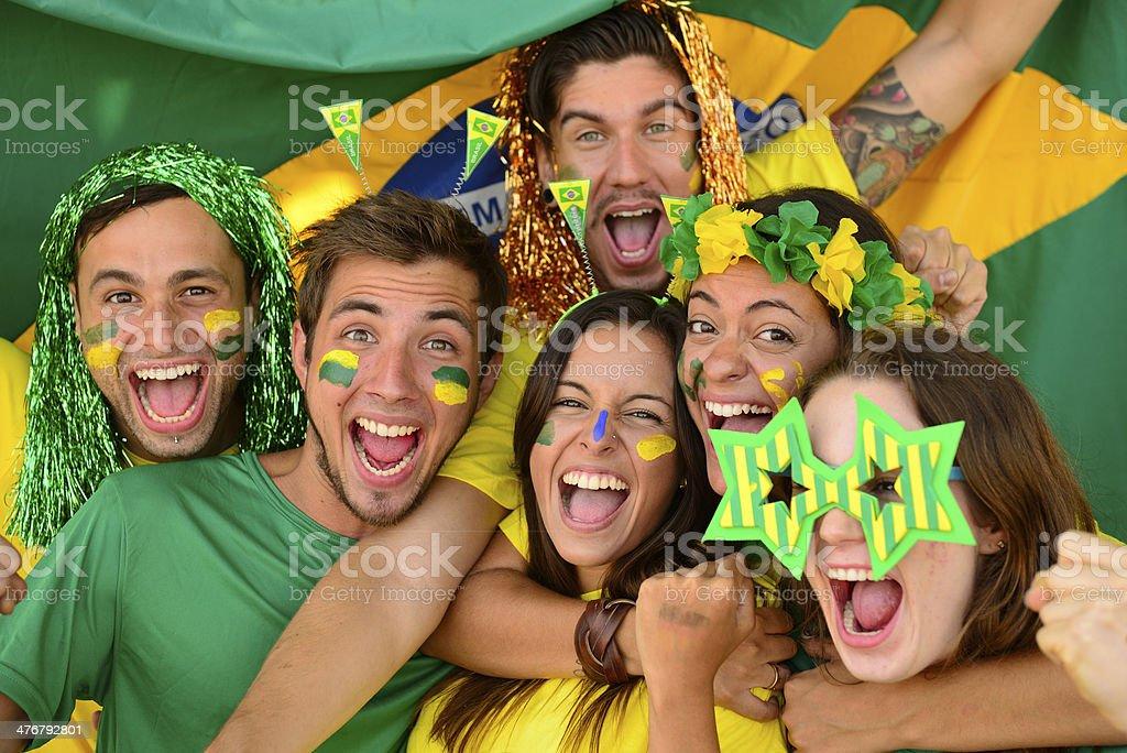 Os fãs de futebol impressionado esporte comemorando vitória em conjunto. - foto de acervo