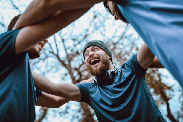 bir yarışma kazandıktan sonra takım kutluyor spor - doğal poz stok fotoğraflar ve resimler
