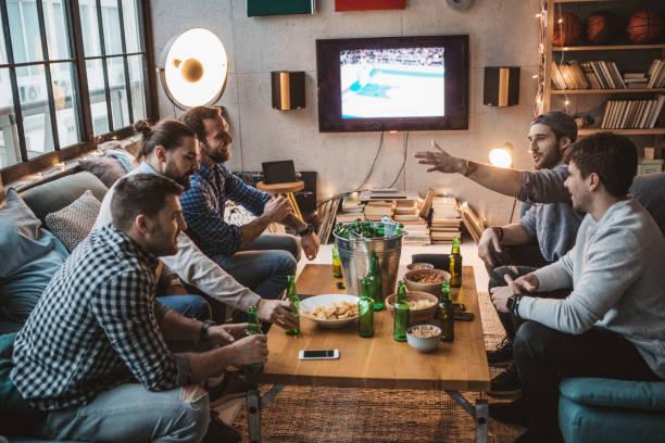 sport-wochenende im fernsehen - spielabend snacks stock-fotos und bilder