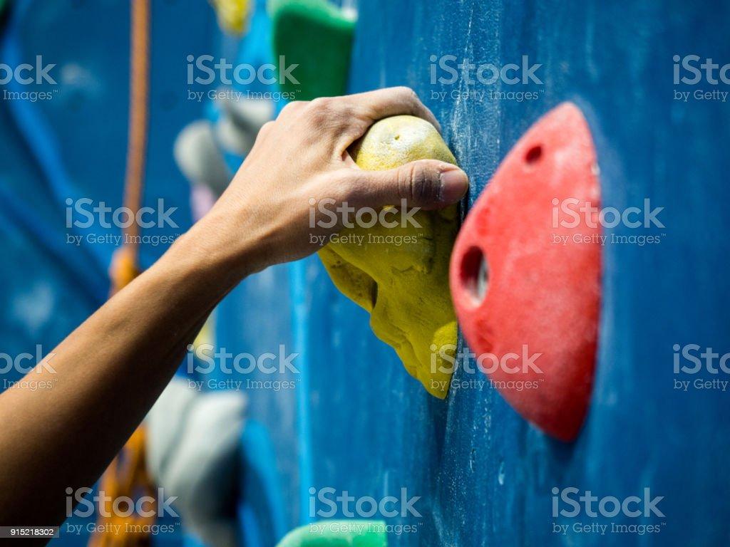 Sport-Frau hängen Extremsport Kletterwand in der Sporthalle – Foto