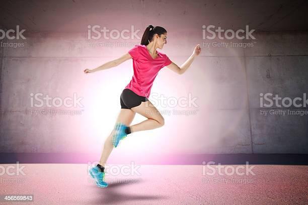 Correr A Partir De Deporte Mujer Foto de stock y más banco de imágenes de Actividad