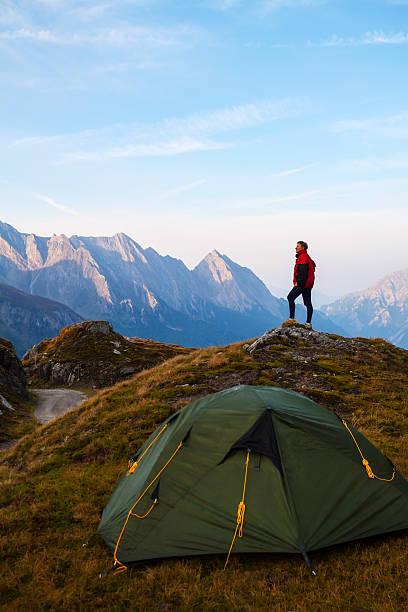 sport frauen auf dem gipfel des berges - zelt stehhöhe stock-fotos und bilder