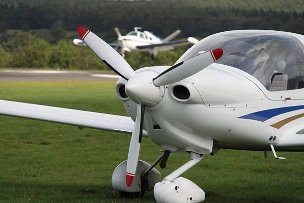 sportflugzeug - flugschule stock-fotos und bilder