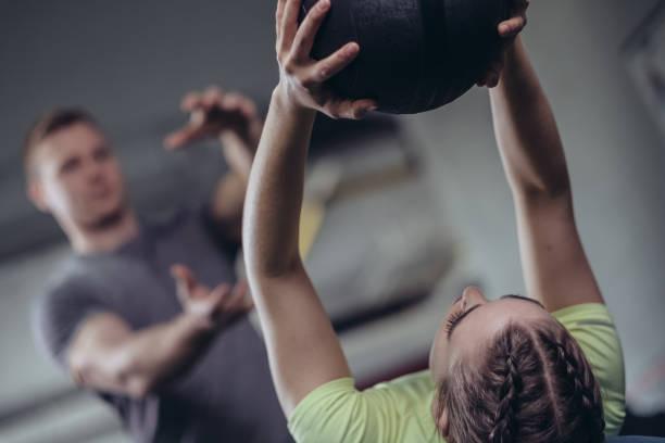 mujer deportiva - entrenador personal fotografías e imágenes de stock