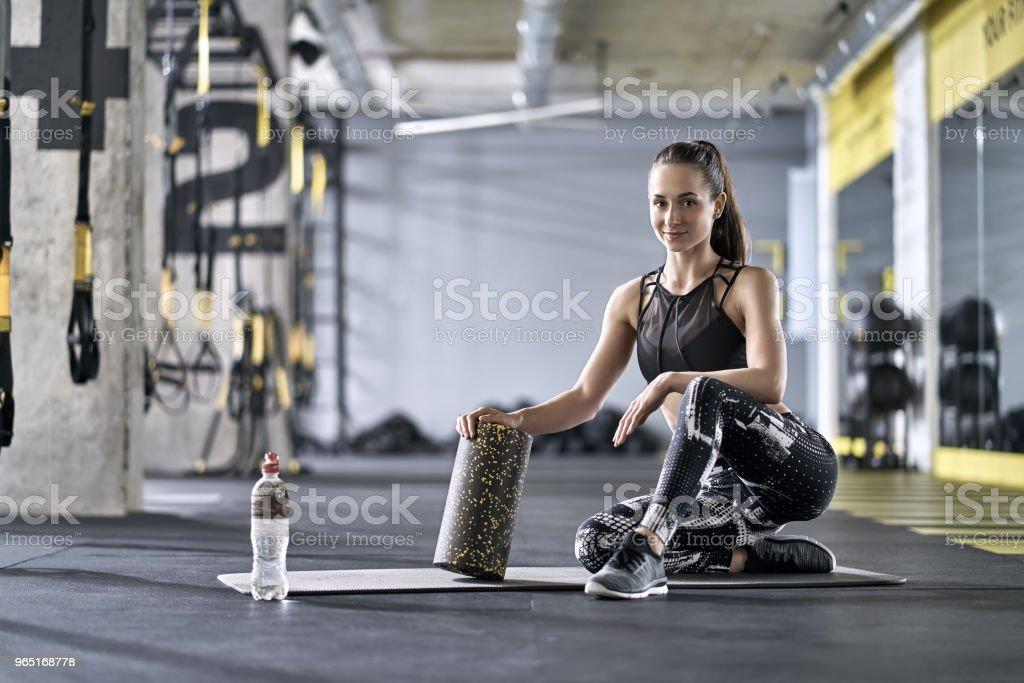 Sportive girl posing in gym zbiór zdjęć royalty-free
