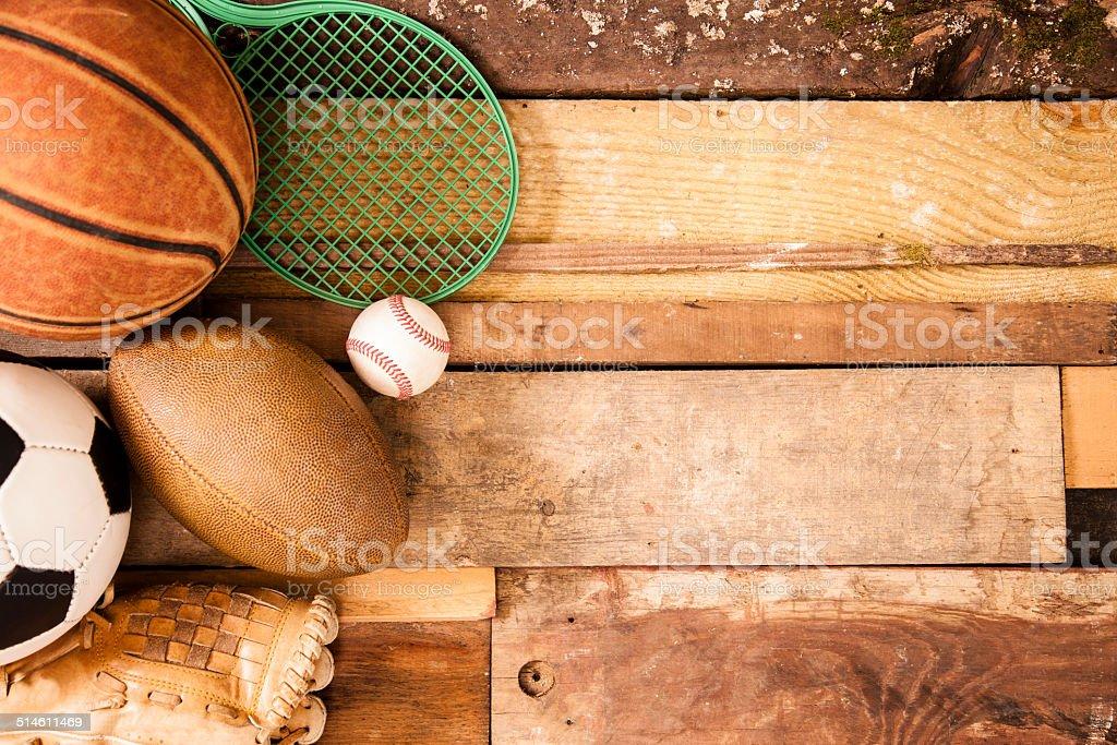 Sfondo Sport: Esclusive attrezzature su sfondo di tavole di legno. - foto stock