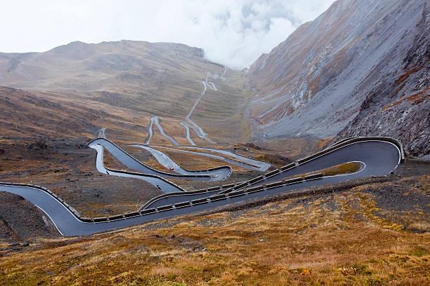 Sport Auto auf der serpentine road South Italien – Foto