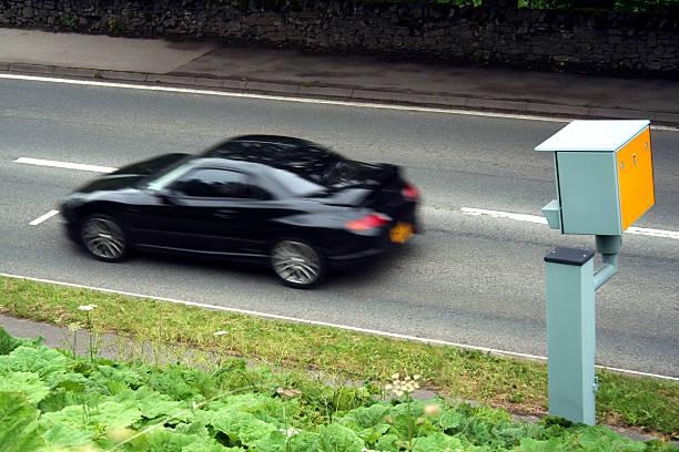 sport auto übergeben eine statische-kamera - geschwindigkeitskontrolle stock-fotos und bilder