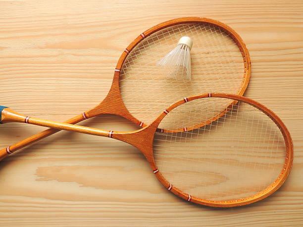 Équipements sportifs de badminton sur du bois d'une planche à repasser. - Photo