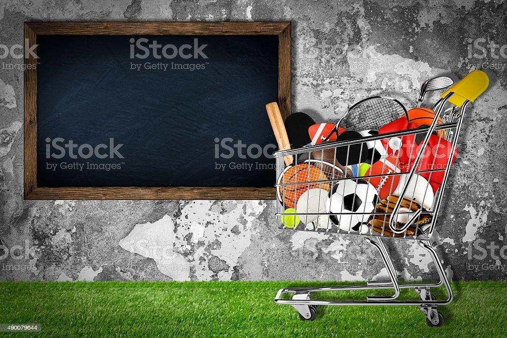 368c6b85e Equipamentos esportivos carrinho de compras parede de pedras foto  royalty-free