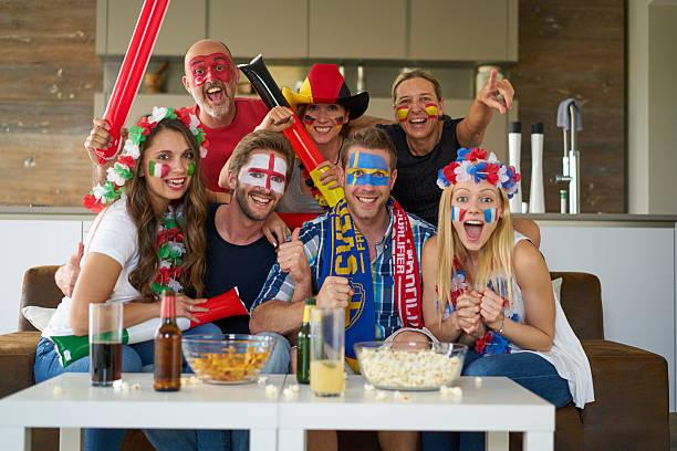 les amateurs de sport devant la télévision - titre mondial photos et images de collection