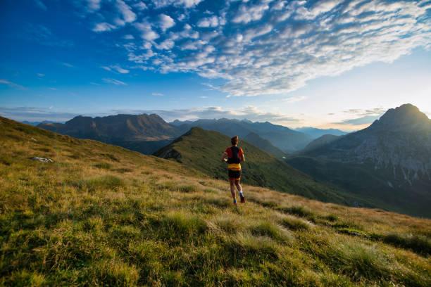 Sport in der Natur läuft beim Sonnenaufgang in den Bergen – Foto