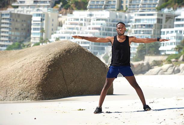 スポーツ男のエクササイズ、腕スプレッドオープン ストックフォト