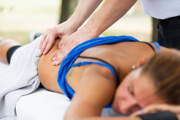 sport-massage - unterer rücken tattoos stock-fotos und bilder