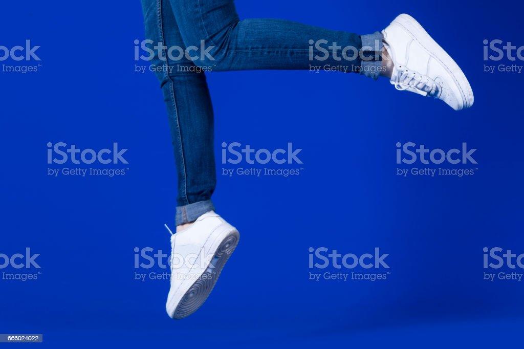 Sportschuhe in blauem Hintergrund – Foto